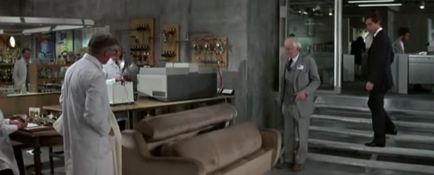 """Sogar ein Sofa kann zur Waffe werden – und nimmt in """"Der Hauch des Todes"""" von 1987 die Gegner von 007 gefangen, wenn sie sich drauf setzen."""