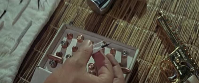 """Zigaretten sind als Bond-Gadgets beliebt. In """"Man lebt nur zweimal"""" gibt es Zigaretten, die kleine Dartpfeile abschießen und damit letztlich eine explosive Wirkung entfalten."""