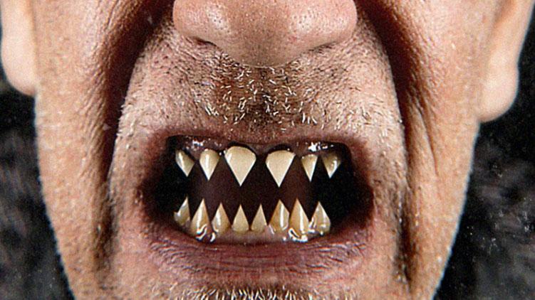"""John Malkovich zeigt Zähne. """"Like A Puppet Show"""" erscheint am 27.11.2015"""