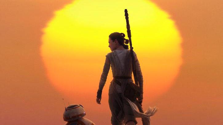 Rey und BB-8 wandern gen Sonnenuntergang.