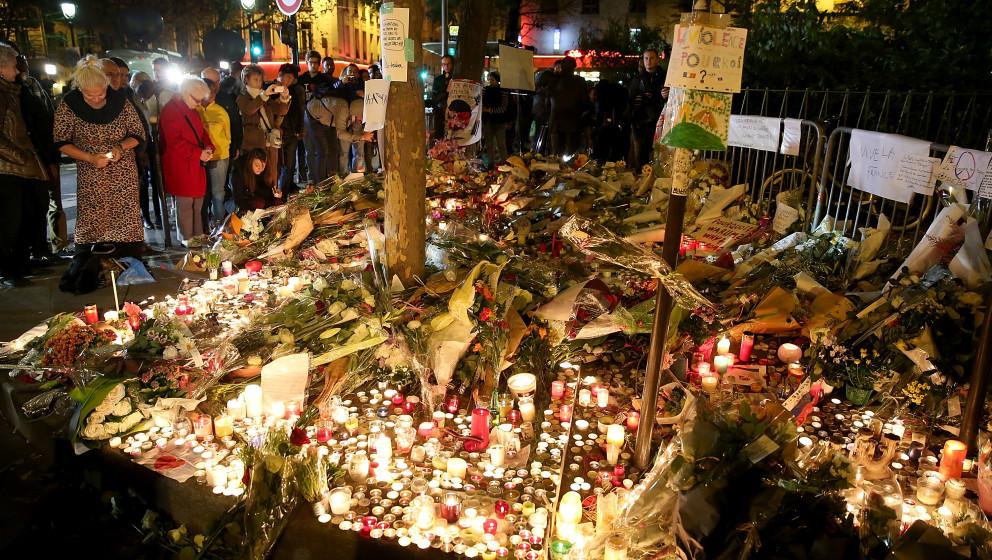 Tausende Menschen trauern um die Opfer der Terrorserie am 13. November 2015