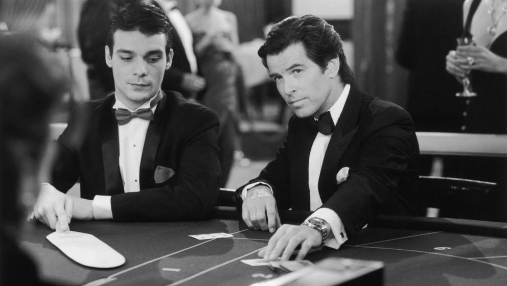 Pierce Brosnan (rechts) als Agent 007