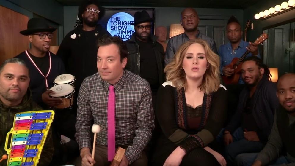 Die Schöne und das Biest? Adele spielt bei Jimmy Fallon 'Hello' auf Kinderinstrumenten