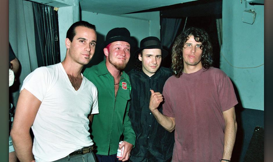 """Die Stone Temple Pilots 1993 backstage bei einem """"Rock Of Choice""""-Benefizkonzert. Mit im Bild: John S. Hall von King Miss"""