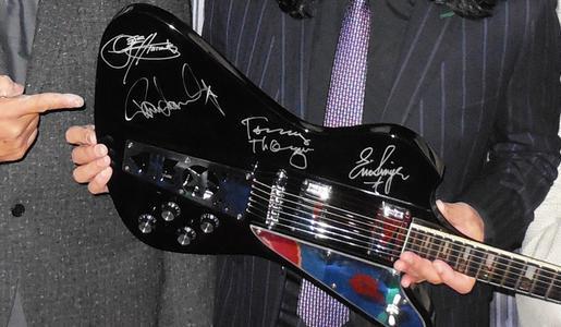 Signierte-Kiss-Gitarre-01.jpg