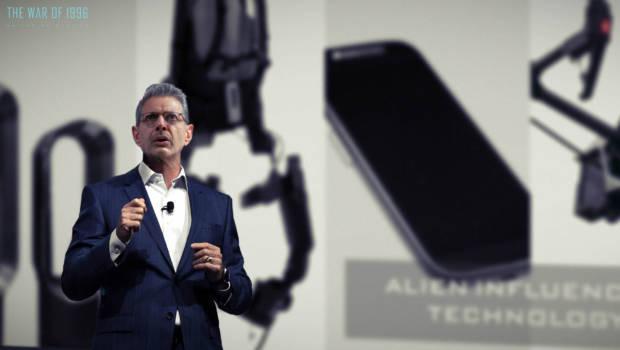David Levinson (Jeff Goldblum) stellt auf einer Pressekonferenz mehrere neue Produkte vor, die dank Alien-Technologie realisiert wurden.