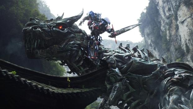 """Optimus Prime reitet einen Dinobot in dieser Szene aus """"Transformers: Age Of Extinction"""""""