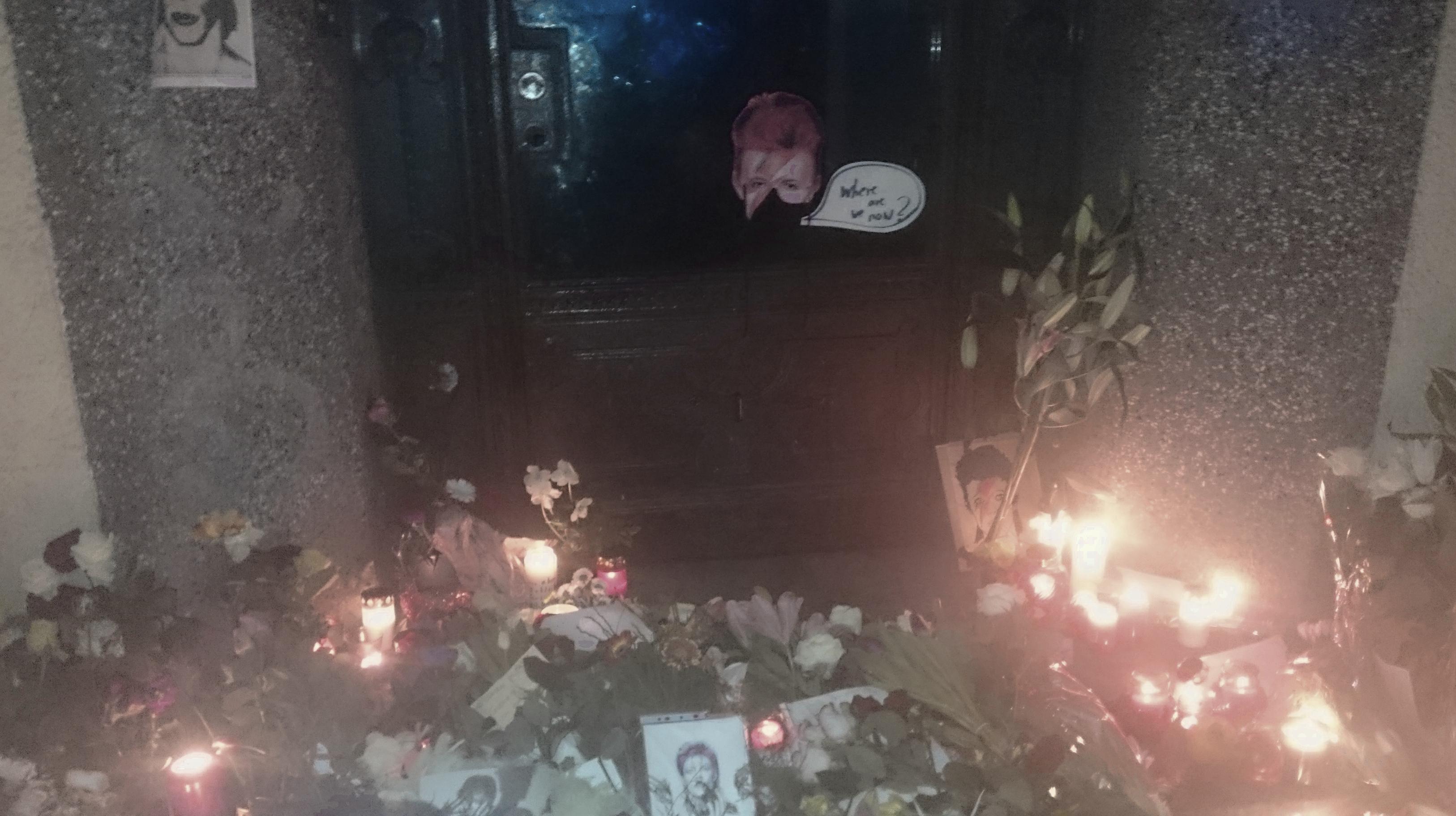Blumen an der Tür zur Hauptstraße 155