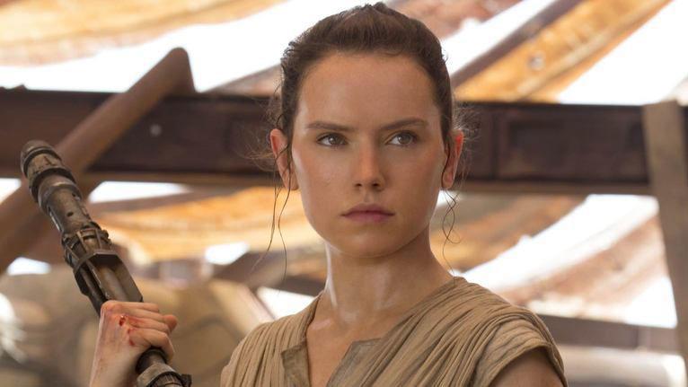 Rey (Daisy Ridley) weiß zwar nicht, wer ihre Eltern sind, J.J. Abrams aber schon. Doch der verrät nichts.