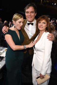 Kate Winslet ist von Susan Sarandons Brust sichtlich angetan.