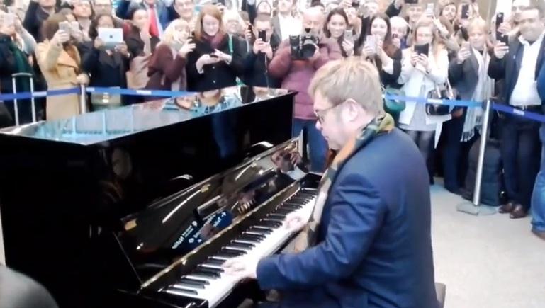 Elton John am Piano
