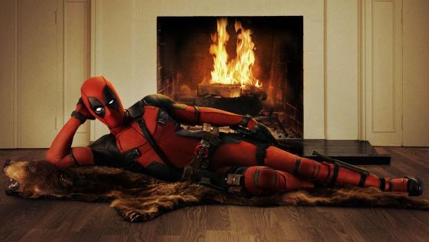 Deadpool räkelt sich vor dem Kaminfeuer