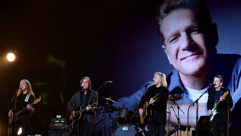 "Ebenfalls honoriert wurde Glenn Frey. Seine Band, die Eagles, performten ""Take It Easy""."