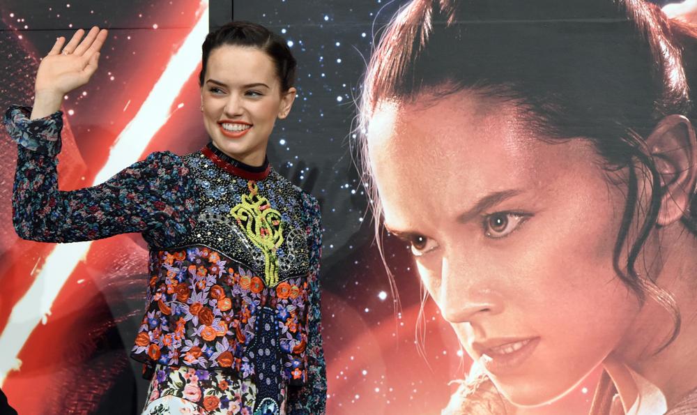 """Daisy Ridley porträtiert in """"Star Wars: Das Erwachen der Macht"""" die Rolle der Rey."""