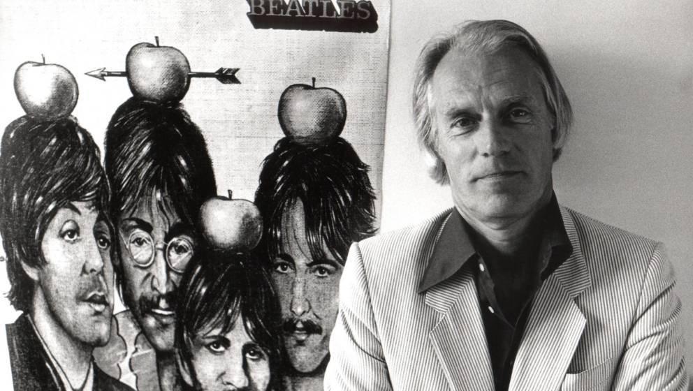 George Martin vor einem Poster der Beatles