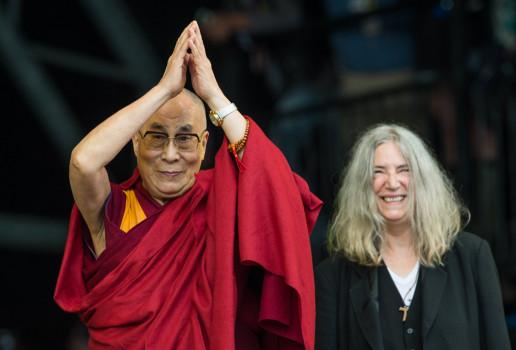 Patti Smith und der Dalai Lama auf dem Glastonbury Festival 2015.