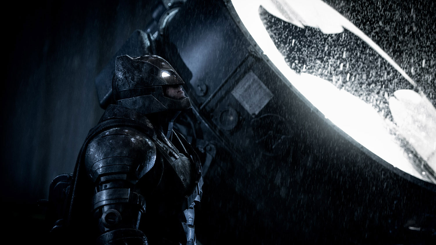 Batman (Ben Affleck) neben dem Batsignal