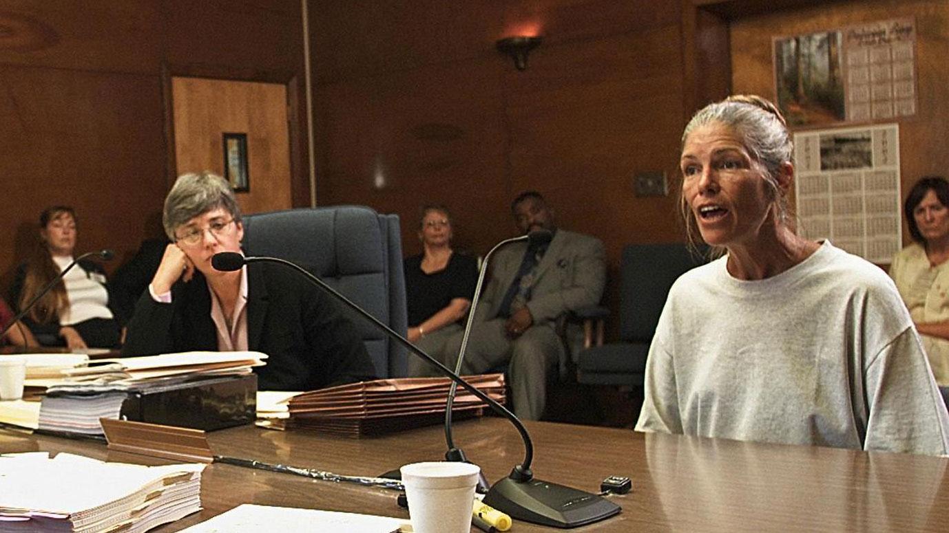 Leslie Van Houten (r.) bei einer Anhörung im Jahr 2002.