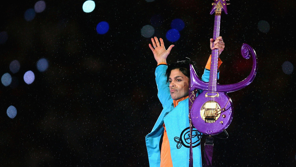 MIAMI GARDENS, FL - FEBRUARY 04:  Prince performs during the 'Pepsi Halftime Show' at Super Bowl XLI between the Indianapolis