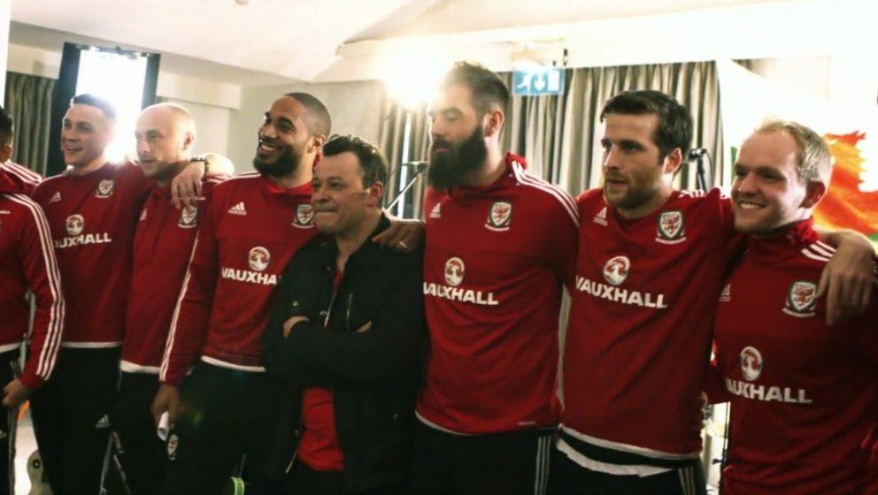 Die Manic Street Preachers mit ihrer Nationalmannschaft aus Wales