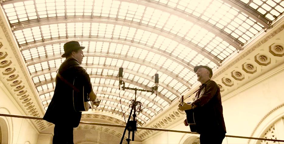 Billy Bragg und Joe Henry auf einem Bahnhof