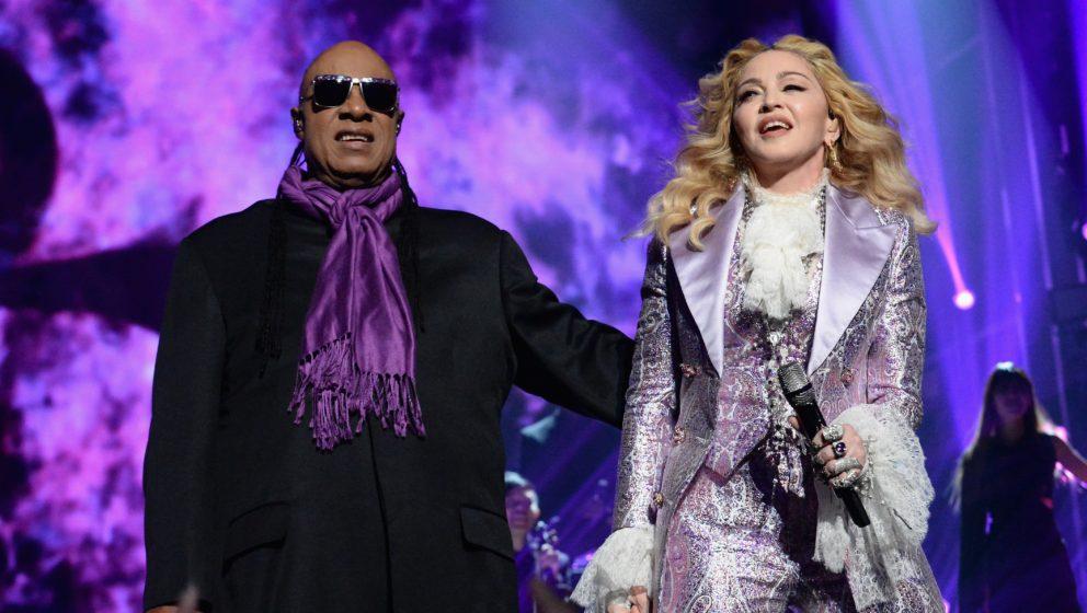 """Madonna und Stevie Wonder bei ihrer Performance von """"Purple Rain"""""""