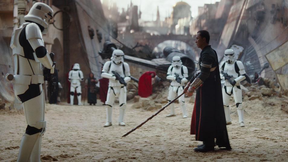 """Chirrut (Donnie Yen) und ein Stormtrooper in einer Szene aus """"Rogue One: A Star Wars Story"""""""