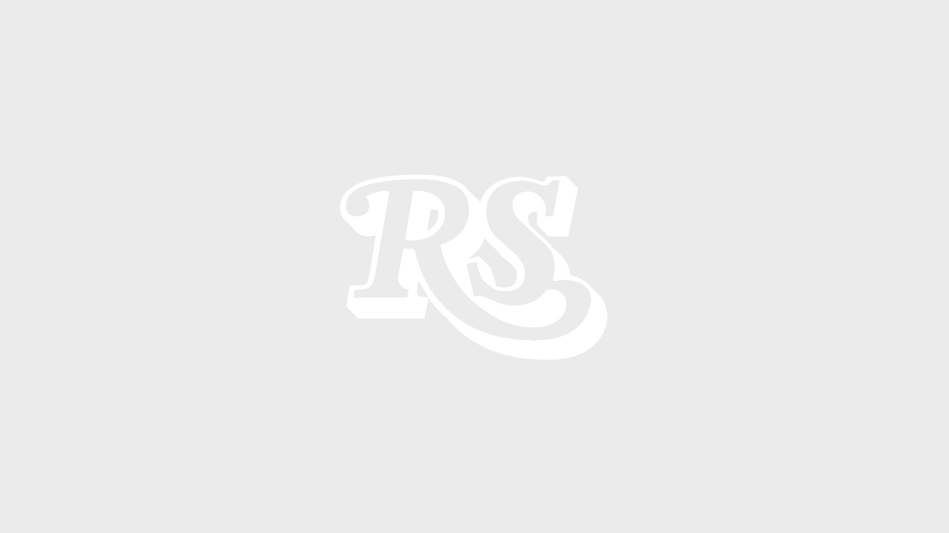 Fans halten bei Rock am Ring in Mendig ein Schild in die Höhe