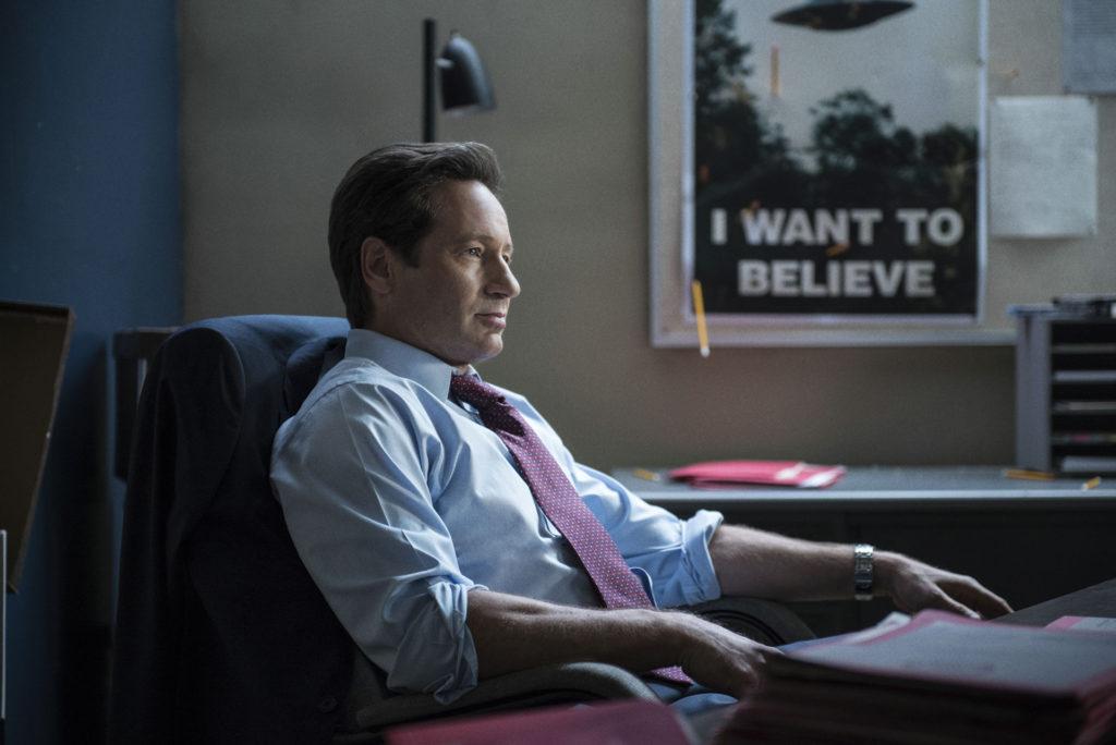 """Mulder vor seinem berühmten Poster """"I Want To Believe"""""""