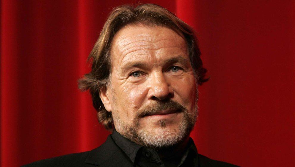 ARCHIV- Schauspieler Götz George nimmt an der Verleihung der Jahresfilmprogramm-Prämien am 29.11.2005 in Essen teil. Götz