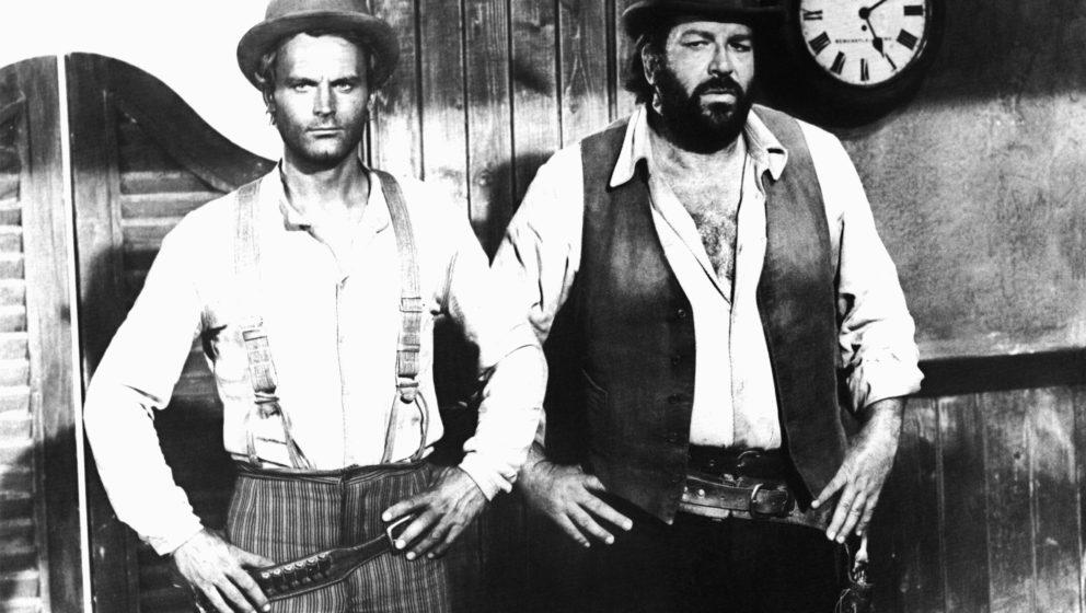 ARCHIV - Die italienischen Schauspieler Terence Hill (l) und Bud Spencer (r) in dem erfolgreichen Italo-Western-Klamauk 'Vier