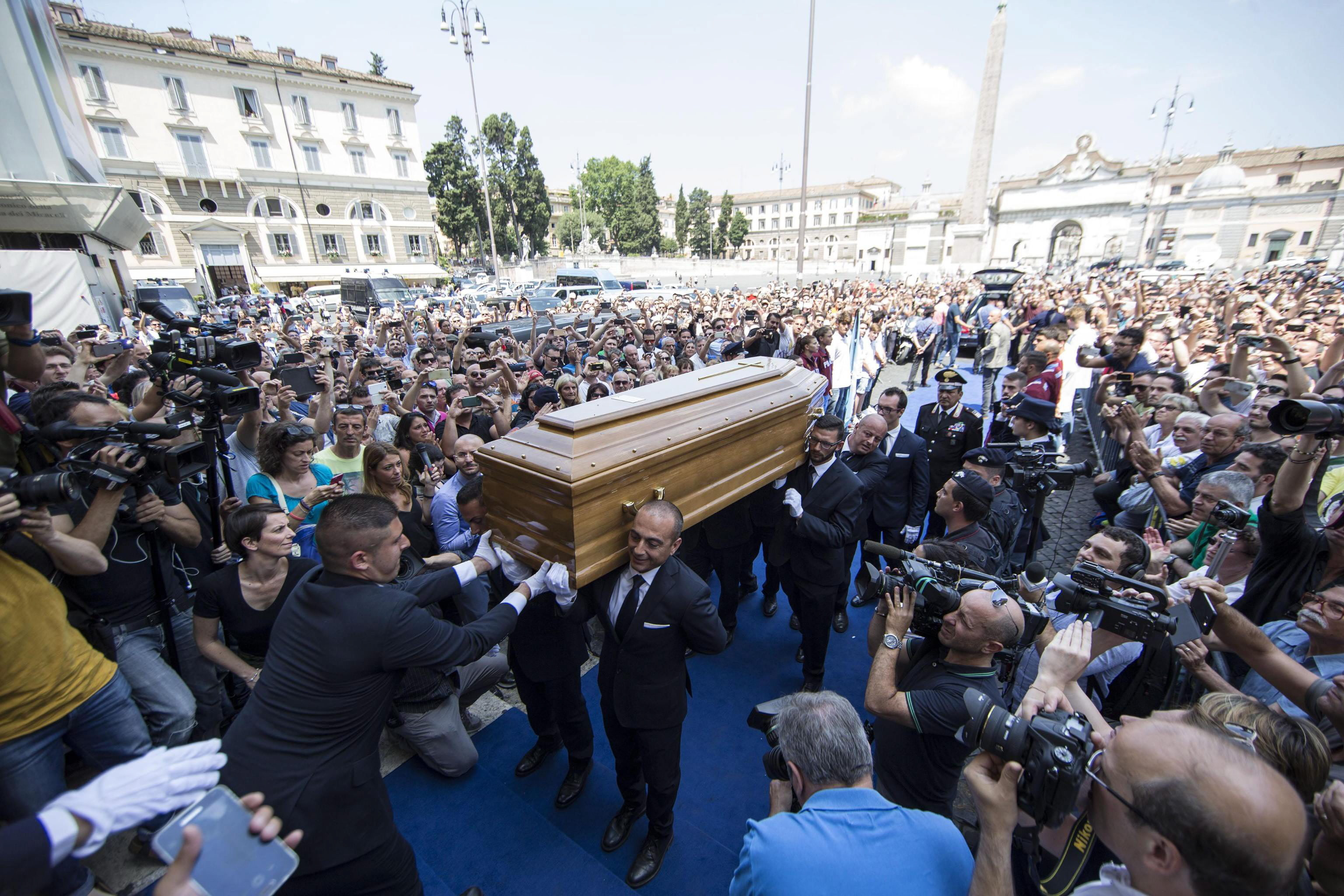 epa05398878 Guests pay their respects to Italian actor Carlo Pedersoli coffin, also known as Bud Spencer, out of the Chiesa d