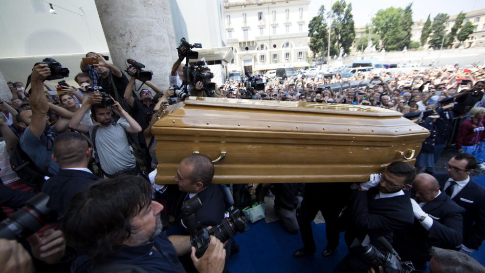 epa05398880 Guests pay their respects to Italian actor Carlo Pedersoli coffin, also known as Bud Spencer, out of the Chiesa d