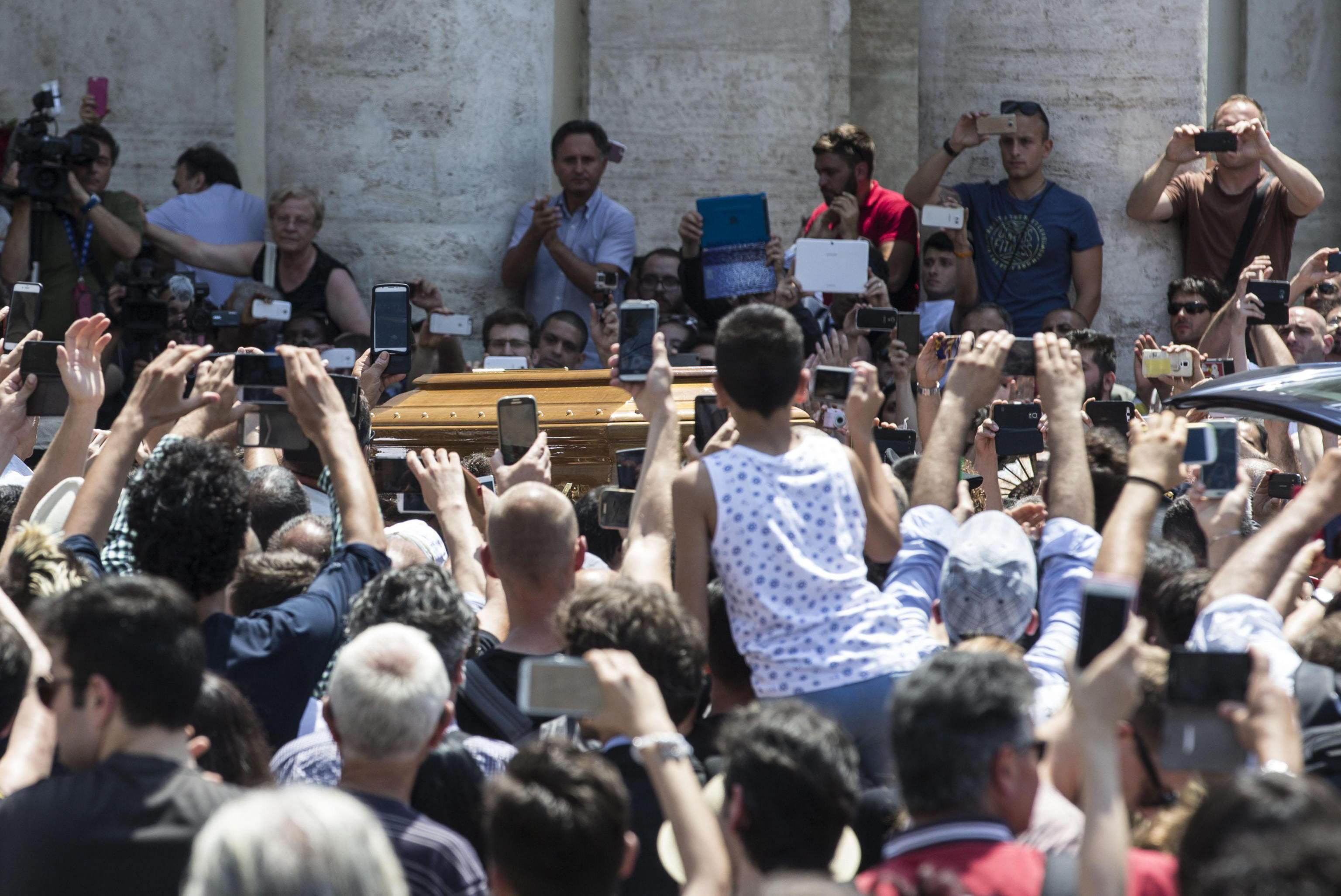 epa05399076 Guests pay their respects to Italian actor Carlo Pedersoli coffin, also known as Bud Spencer, out of the Chiesa d