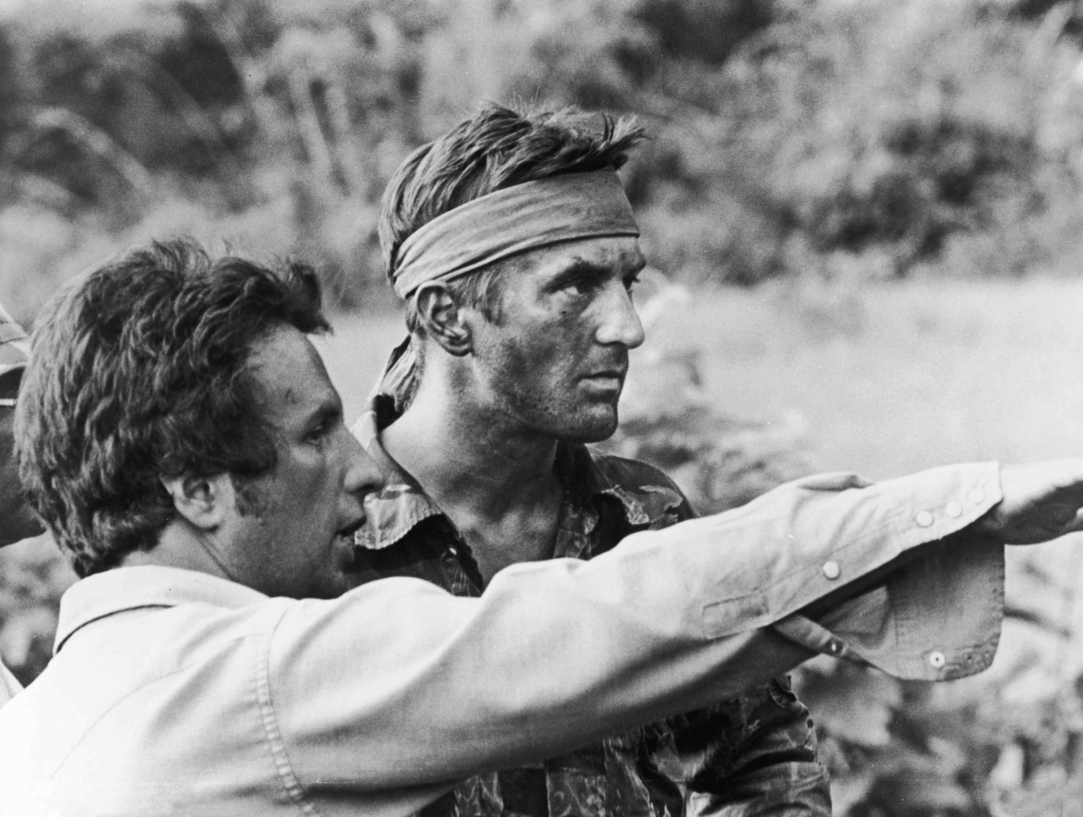 "Michael Cimino mit Schauspieler Robert De Niro am Set von ""The Deer Hunter"""