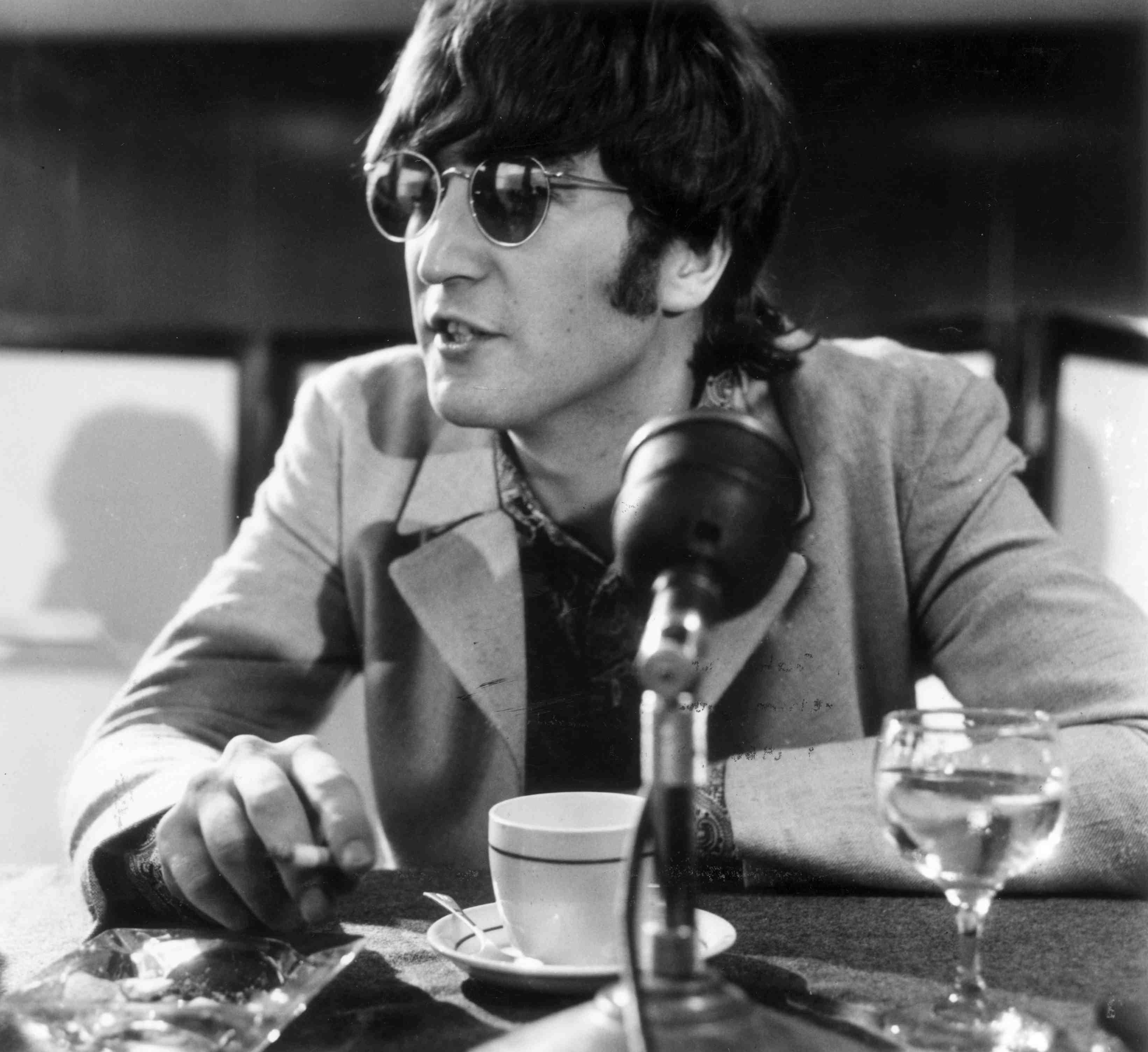 John Lennon während einer Pressekonferenz