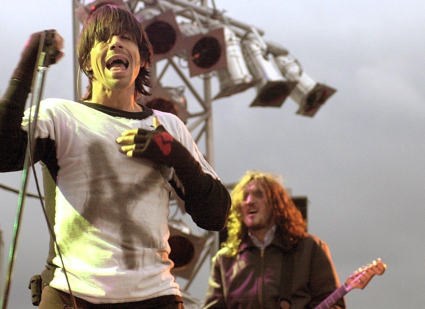 Der Sänger der amerikanischen Rockband 'Red Hot Chili Peppers', Anthony Kiedis singt am Freitag (07.06.2002) in Hamburg. Das