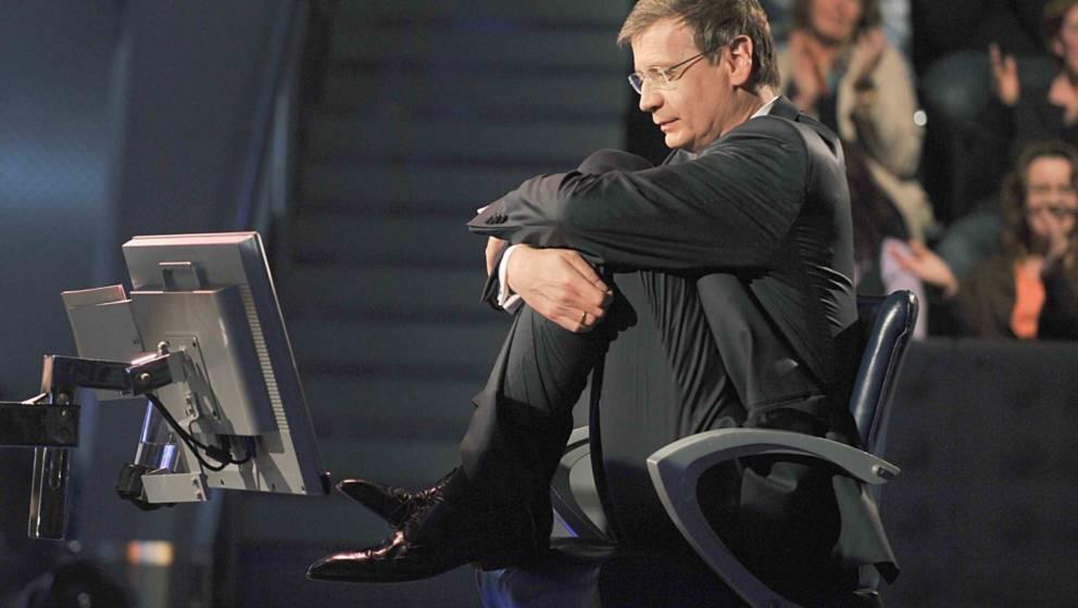 """Günther Jauch wartet selbst gespannt auf die Antwort einer Frage bei """"Wer wird Millionär"""""""