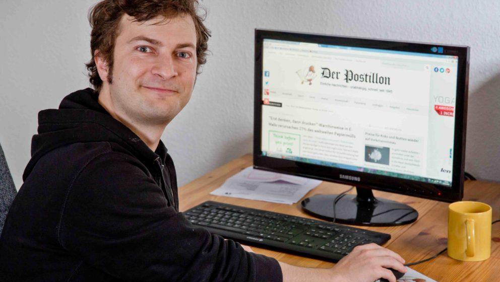 """Stefan Sichermann, der Gründer des """"Postillon"""", lacht sich mal wieder ins Fäustchen"""