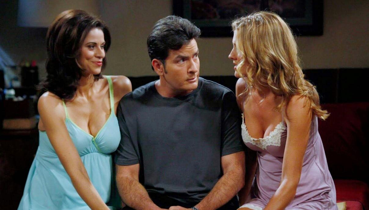 """Charlie Sheen ist in """"Two And A Half Men"""" als Charlie Harper mal wieder mit zwei Frauen im Bett"""