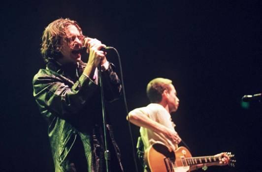 Eddie Vedder (li.) mit Gitarrist Stone Gossard, Wembley, 1996