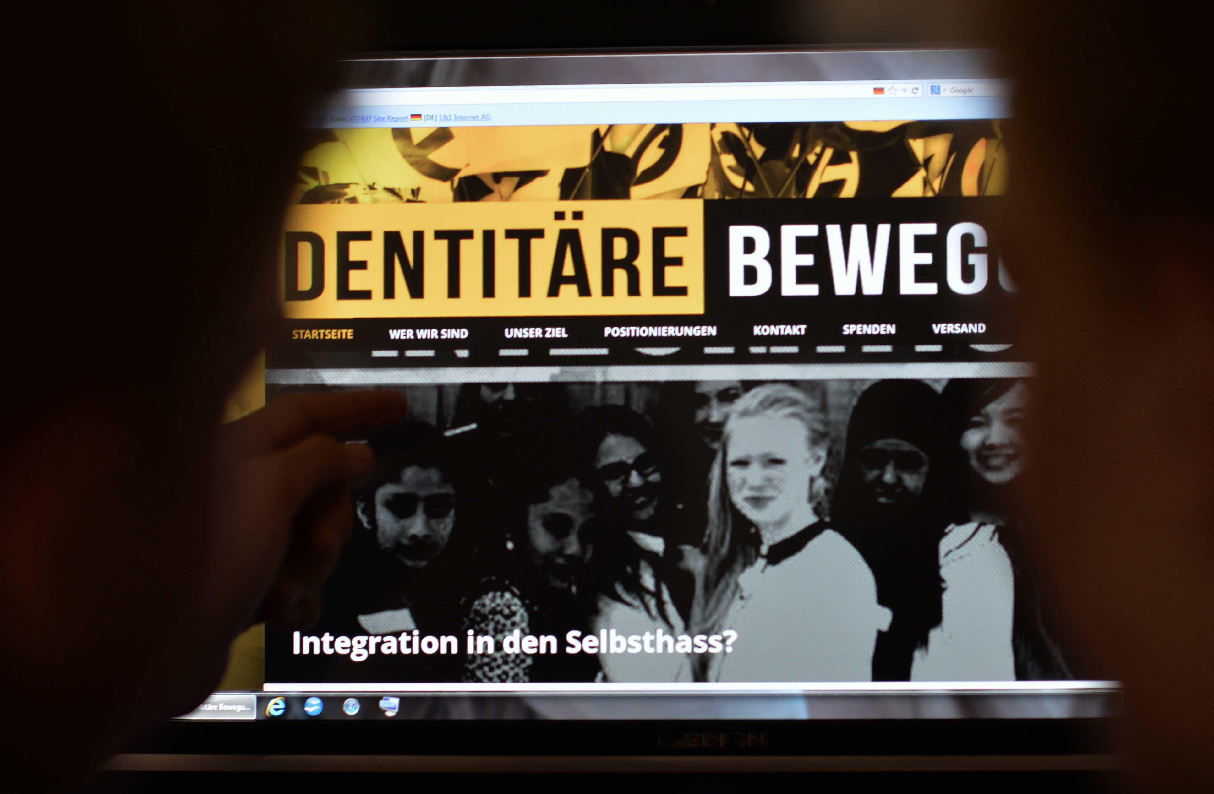 ARCHIV - ILLUSTRATION - Jugendliche betrachten am 09.07.2013 in Berlin eine im rechten Bereich agierende Webseite. Der Verfas