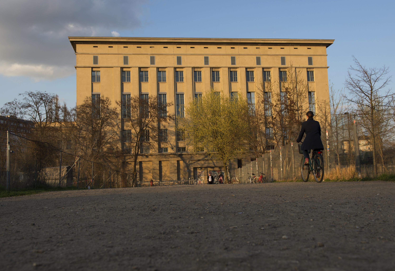 Die Sonne strahlt am 06.04.2016 in Berlin das Geb‰ude des Berghain an. Das Berghain ist die hˆchstplatzierte deutsche Loca