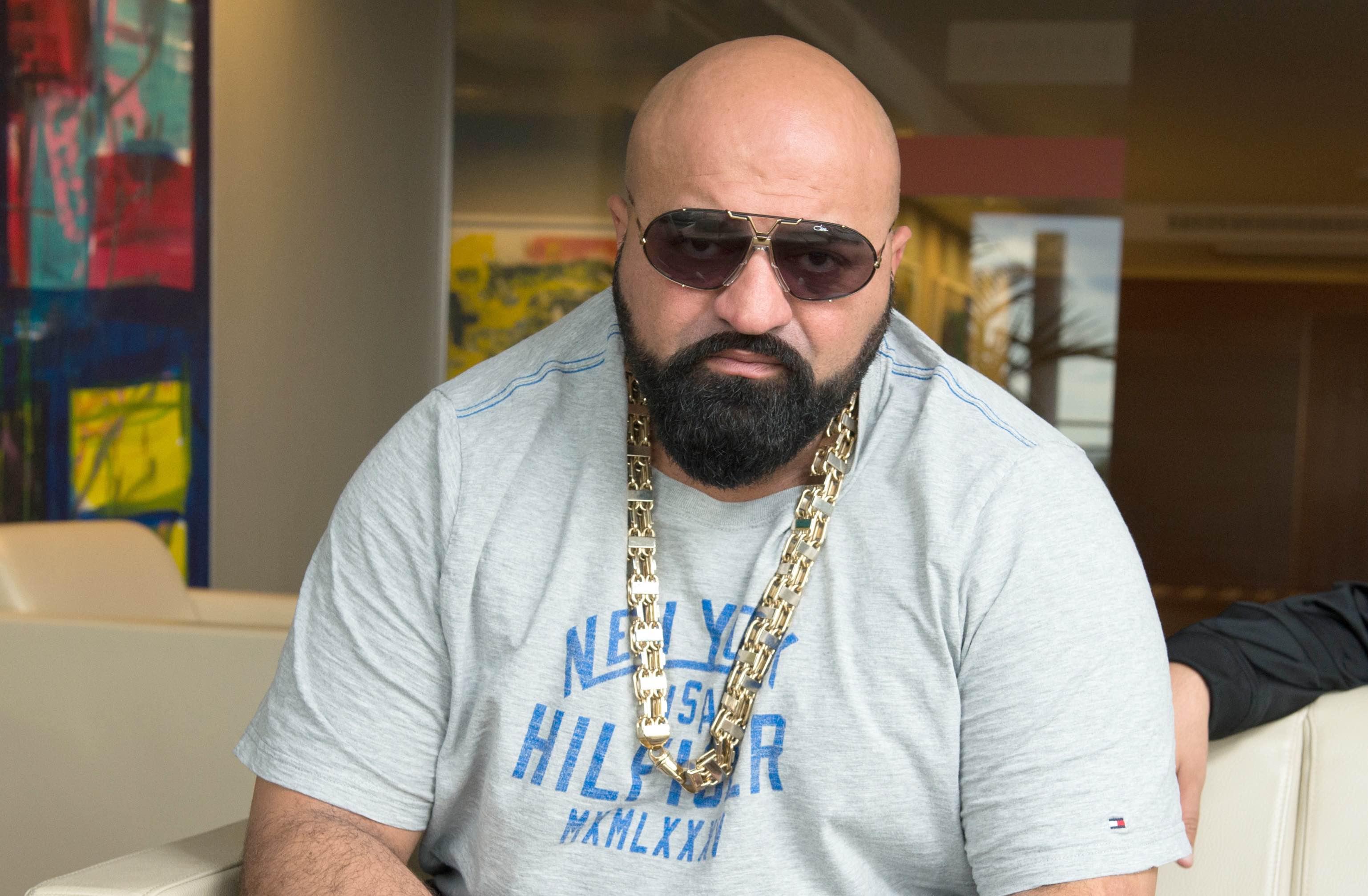 Der Rapper Xatar (l) posiert am 14.07.2016 vor einem Interview für die Kamera. Zusammen mit dem Rapper Haftbefehl rappt er u