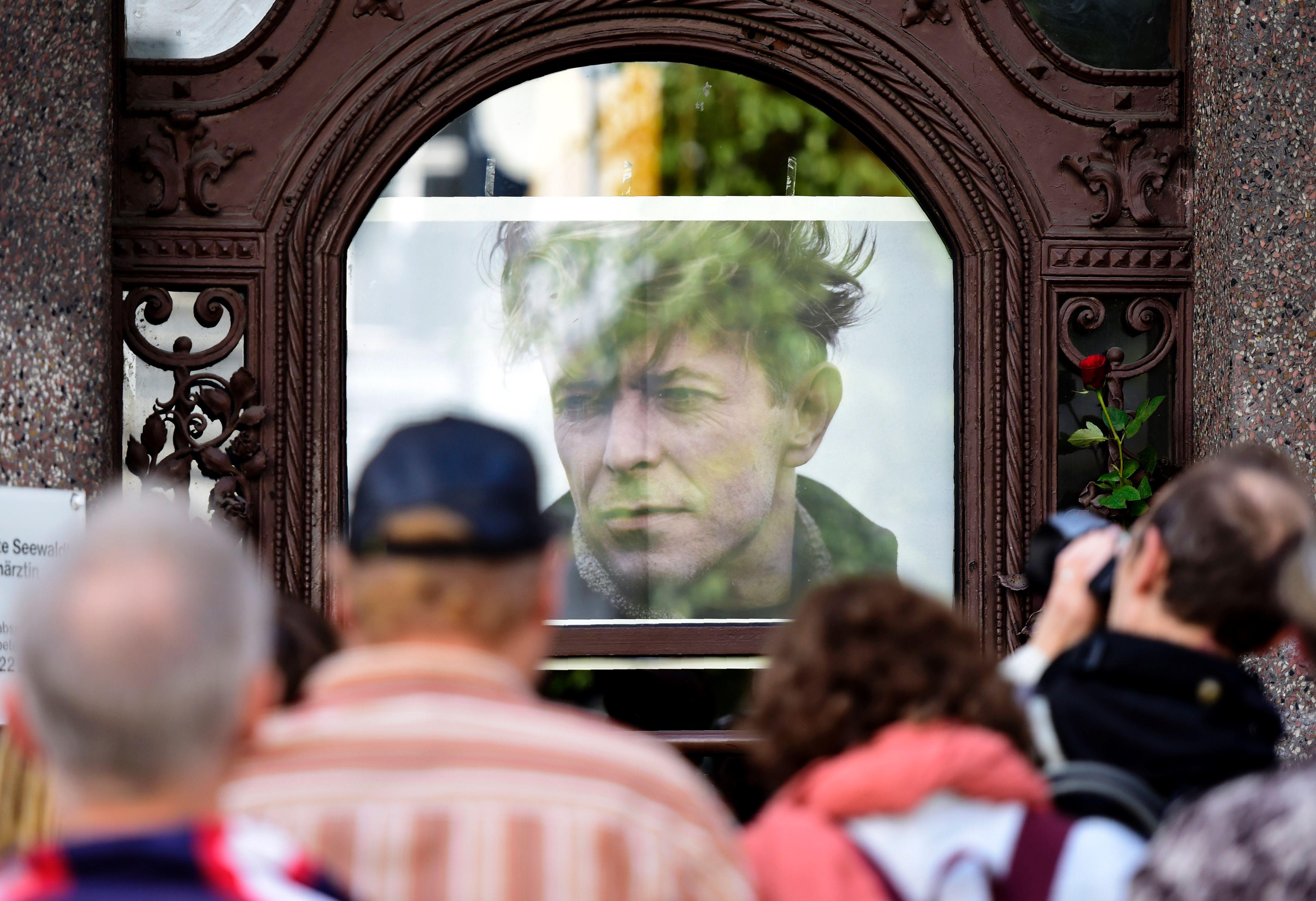 Viele Bowie-Fans freuten sich, als erste die Gedenktafel in Schöneberg zu erblicken