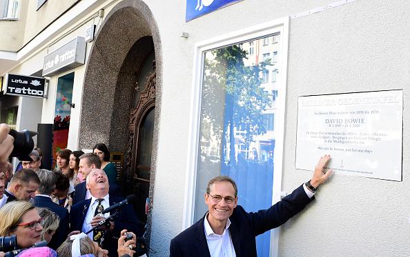 Der Regierende Bürgermeister Michael Müller (SPD) weiht die Gedenktafel ein