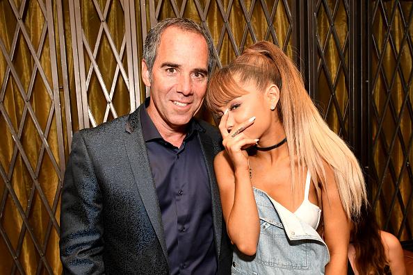 Ariana Grande ein wenig schüchtern mit dem CEO von Republic Records (Monte Lipman)