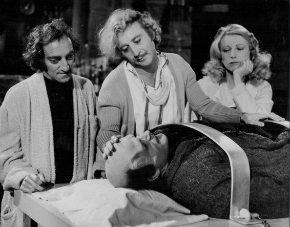 """Gene Wilder, Peter Boyle, Marty Feldman und Teri Garr mit dem Monster aus """"Frankenstein Junior"""""""