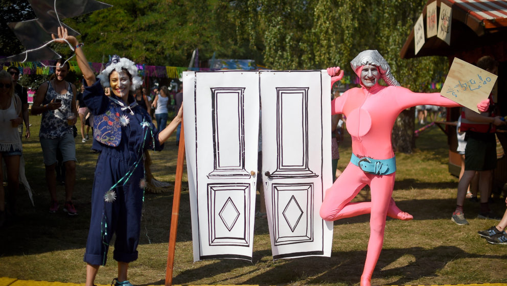 Künstler begrüßen am 10.09.2016 auf dem Musikfestival Lollapalooza in Berlin die Besucher. Foto: Britta Pedersen/dpa +++(c