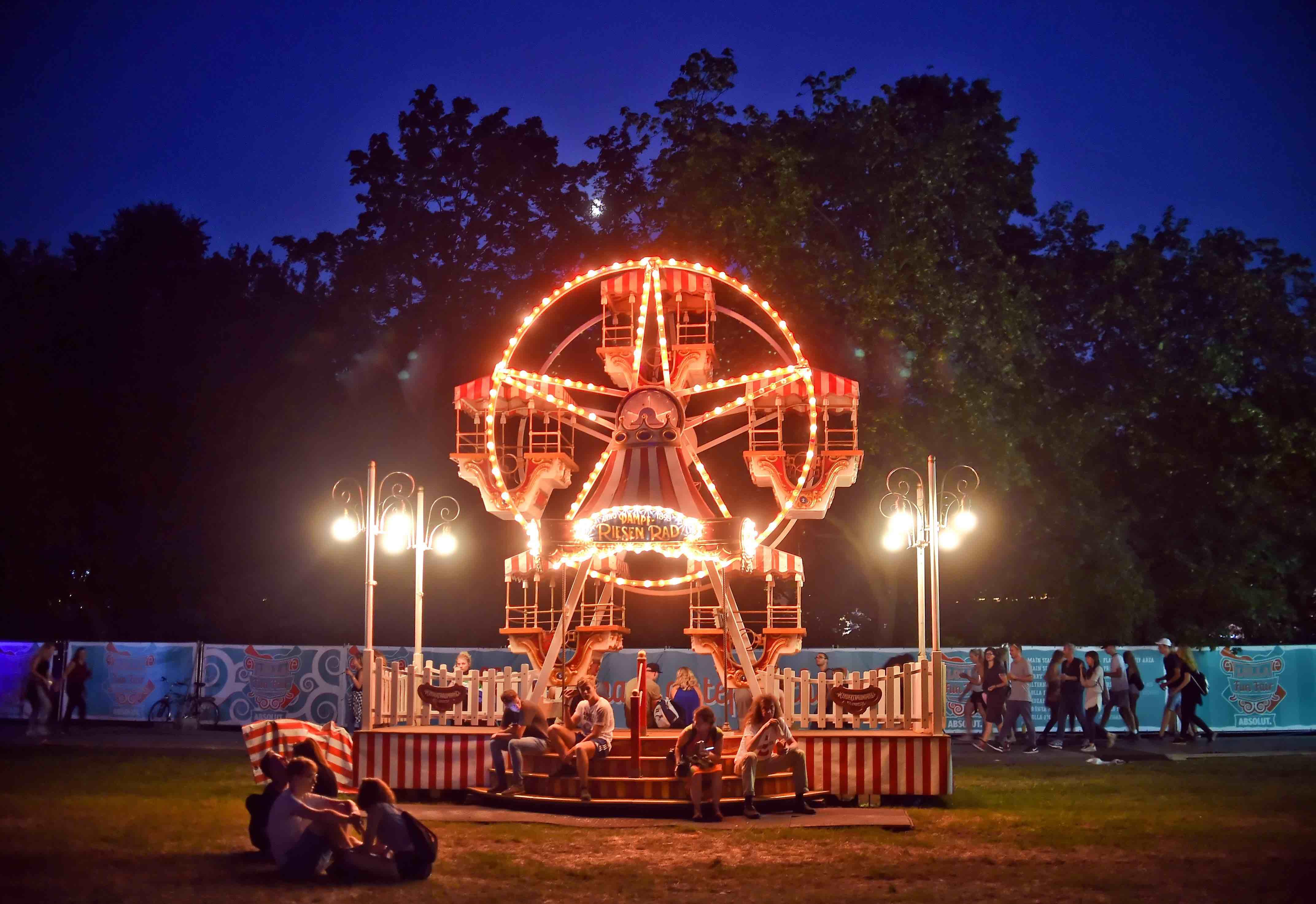 Festivalbesucher gehen am 10.09.2016 über das Gelände des Musikfestival Lollapalooza in Berlin. Foto: Britta Pedersen/dpa +